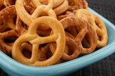 Pretzels in a blue plate — Stockfoto