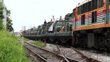 Bangkok, Thailand - Thai Army move heavy artillery and armaments into Bangkok — Stock Video