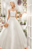 Krásná žena, pózuje ve svatebních šatech — Stock fotografie