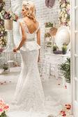 La bella mujer posando en un vestido de novia — Foto de Stock