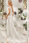 Piękna kobieta, pozowanie w sukni ślubnej — Zdjęcie stockowe