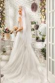 A mulher bonita posando em um vestido de noiva — Fotografia Stock