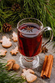 Cup of mulled wine and cookies — Stockfoto