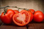 Ripe tomatoes on wood — Stockfoto