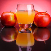 Glass of apple juice with apples — Stock Photo