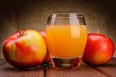 Vaso de zumo de manzana con manzanas — Foto de Stock