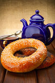 Bagel and tea for breakfast — Stock Photo