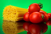 Spaghetti pasta with tomatoes and basil — Stock Photo