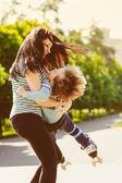 Mutter und sohn, die spinnerei in sommer-park — Stockfoto