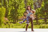 мать и сын, спиннинг в летний парк — Стоковое фото