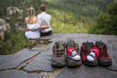 Recién casados en una roca — Foto de Stock