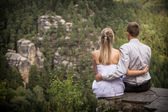 Newlyweds on a rock — Stockfoto
