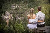 Novomanželé na skále — Stock fotografie