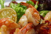 Grilled shrimp on lettuce — Stockfoto