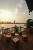 Sunset view from riverside cafe near the Dawn temple Bangkok riv — Stock Photo