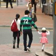 Stockfoto: Honk Kong family walks cross Sharp Street