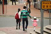 Honk Kong family walks cross Sharp Street — Stock Photo