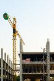 Grúa trabajando en construcción — Foto de Stock