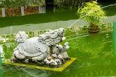 Estatua de la tortuga escupir agua en una fuente — Foto de Stock