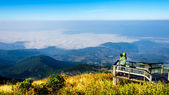 Woman with mountain views at Doi Inthanon national park, Thailand — Stock Photo