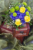 Yellow roses bouquet on box — Stock fotografie