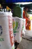 мешки риса на рынок ларек в азии — Стоковое фото