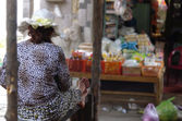 Woman sitting on a market stall from behind — Stock Photo
