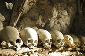 Skulls lined up at a traditional burial site — Stock Photo