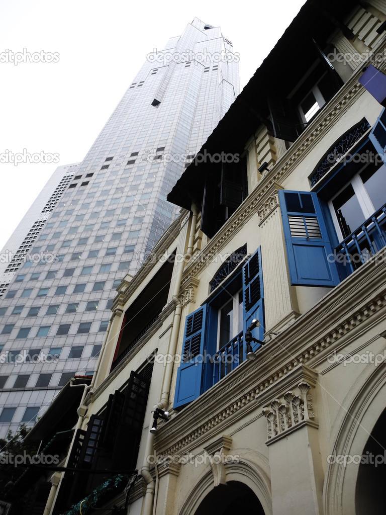 en singapur una antigua casa colonial frente a un moderno rascacielos u foto de connyfuchs