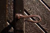 Antiga maçaneta de uma porta de madeira — Fotografia Stock