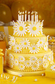 Daisy birthday cake — Stock Photo