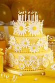 Daisy birthday cake — Stock Photo