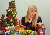 Piękny podekscytowany podczas otwierania specjalnym prezentem świątecznym — Zdjęcie stockowe