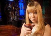 привлекательный молодой леди, наслаждаясь коктейлем в ночном клубе — Стоковое фото