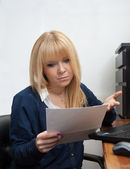 Office girl gets a warning letter from the boss — Stock Photo