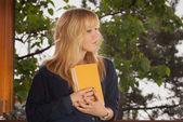 年轻女子拿一本书 — 图库照片