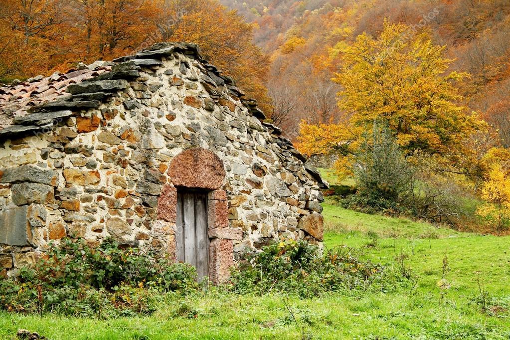 Casa del pastor en paisaje oto al asturias espa a fotos de stock chinhector 36345053 - Casa de asturias madrid ...