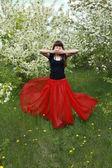这位俄罗斯美女身穿红色长裙. — 图库照片