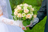Wedding theme, hands and rings on wedding bouquet, свадьба — Stock Photo