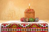 Osterkuchen und ostereier auf dem hintergrund der kirche, пасха — Stockfoto