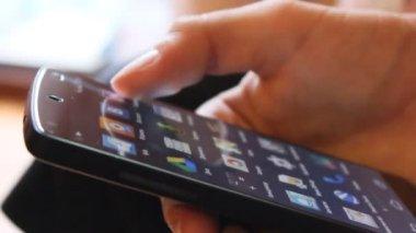 Trabajar con tu smartphone — Vídeo de stock