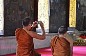 Buddhist monk takes pictures of buddha — Стоковое фото