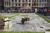People create flower carpet on the Grand Place square — Stock Photo