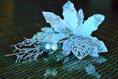 Figurine of a heart and a white flower on the wicker table — ストック写真