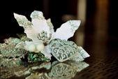 A figura da flor de coração e branco refletido no vidro — Foto Stock