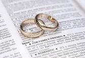 Miłość para złoto obrączki na wyświetlone strony słownika definicji — Zdjęcie stockowe