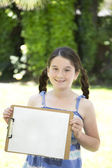Jovem, segurando um papel em branco — Fotografia Stock