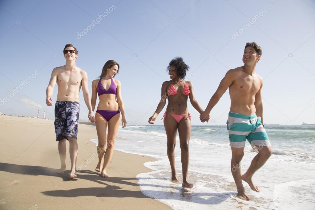 Молодые пары на пляже фото 636-786