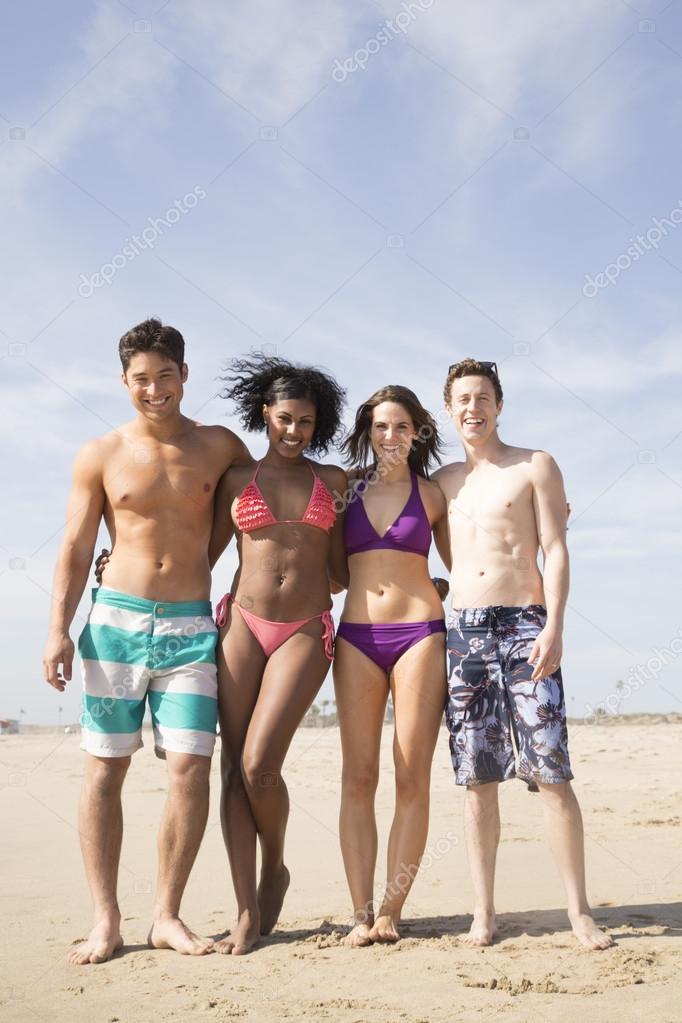 Молодые пары на пляже фото 636-468