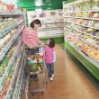 Mother and Daughter in Supermarket Shopping — Stock Photo